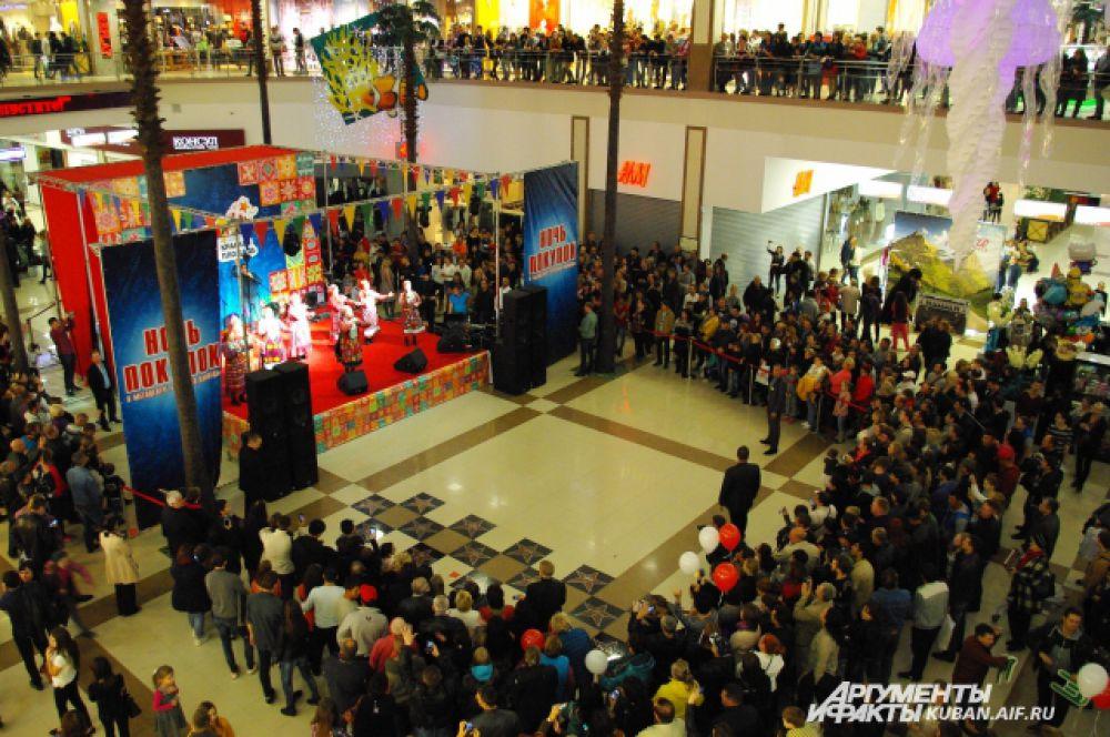 На время выступления «Бурановских бабушек» посетители ТЦ забыли о покупках.