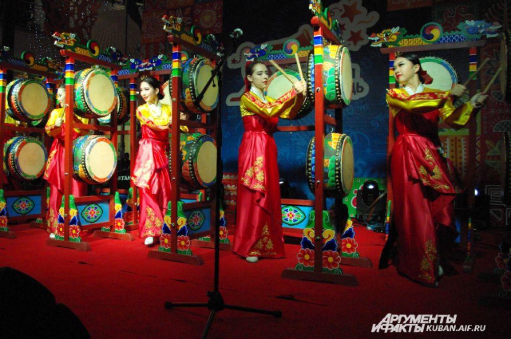 Выступление бабушек предварял корейский коллектив,который исполнил традиционный национальный танец.