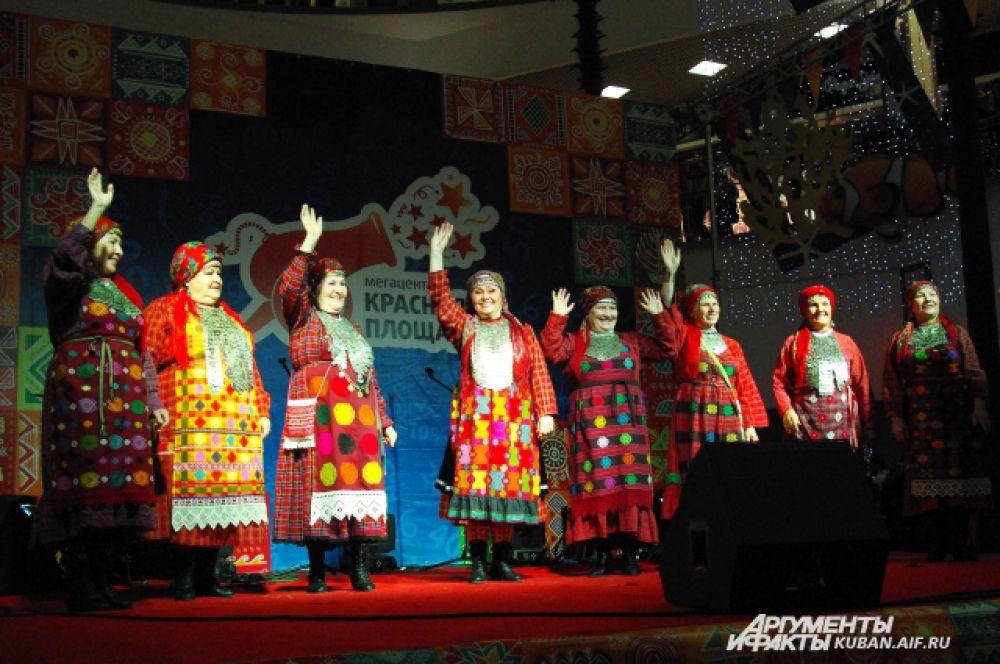«Бурановские бабушки» приветливо машут зрителям со сцены.