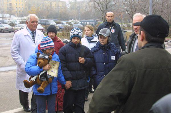 В ночь на 25 октября террористы пропустили в здание руководителя отделения неотложной хирургии и травмы Центра медицины катастроф Леонида Рошаля. Он принес заложникам медикаменты и оказал им первую медицинскую помощь.