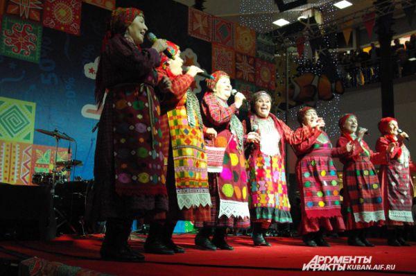 Многие зрители снимали выступление бабушек на камеры мобильных телефонов.