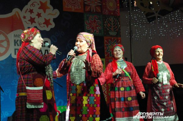 В репертуаре коллектива - множество любимейших советских хитов, без которых и сегодня не обходится ни одно застолье.