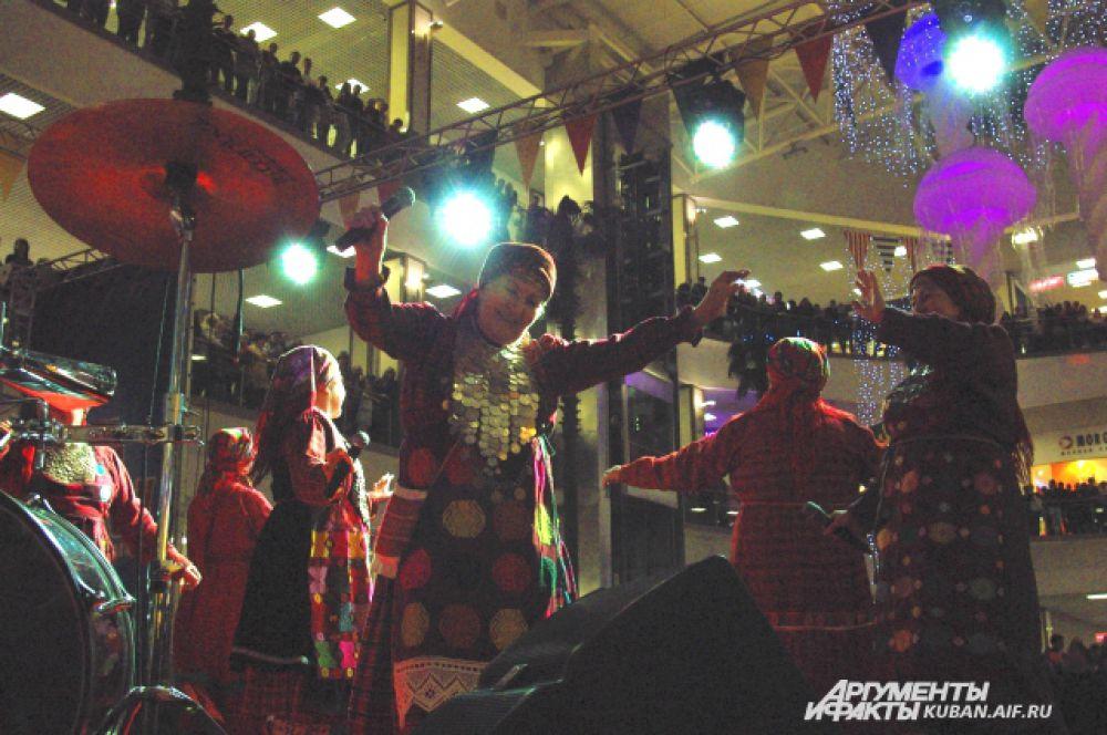 «Бурановские бабушки» задорно кружатся на сцене.