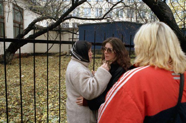 В первые минуты некоторым актерам и служащим театрального центра удалось бежать из здания через окна и запасные выходы. На фото: актриса мюзикла.