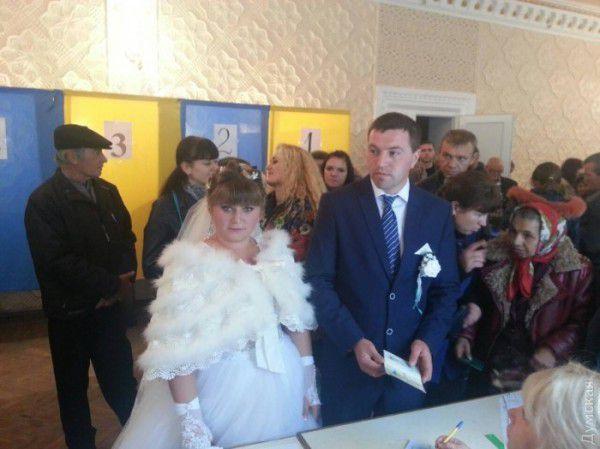 Молодожены из поселка Ширяево Одесской области отправились на выборы сразу по после регистрации брака в ЗАГСе