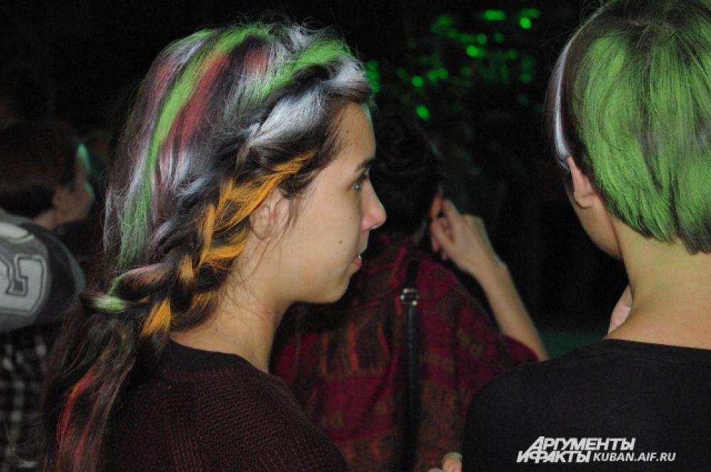 Одни предпочитали зеленый - офииальный цвет фестиваля, другие - разноцветия.