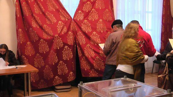 В Сумах избиратели голосовали под ширмой из штор