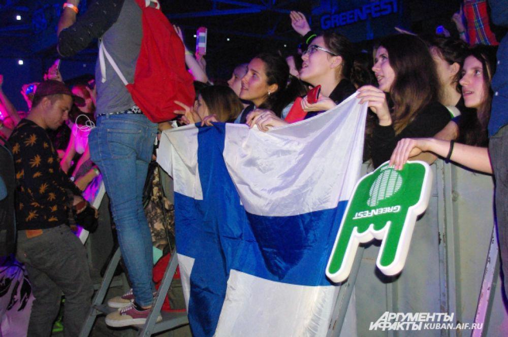 Фанатки HIM принесли на фестиваль флаг Финляндии и развернули его, когда на сцену вышел Вилле Вало.