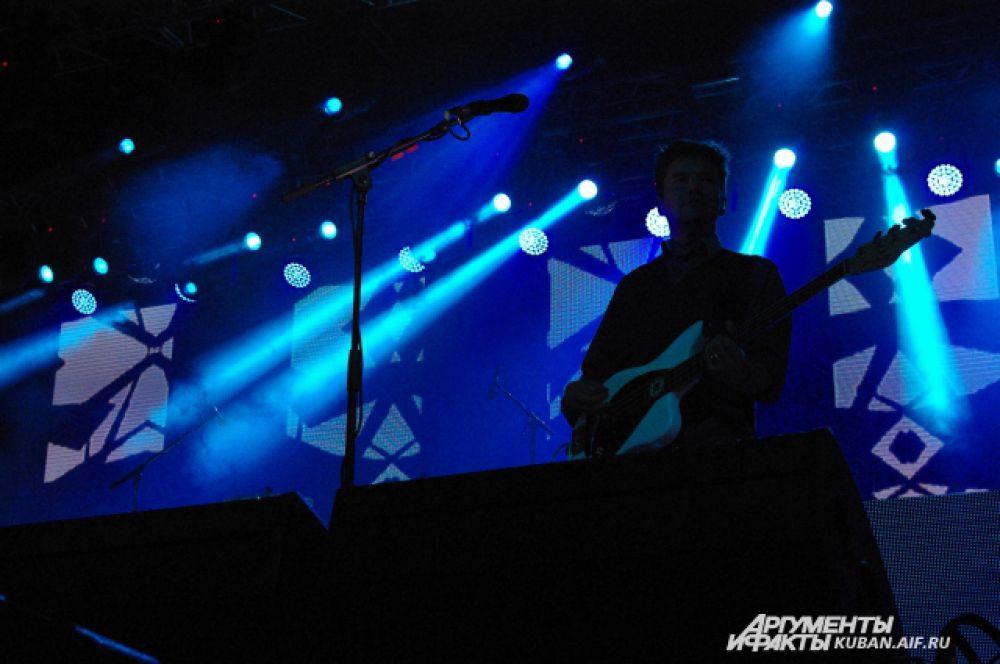 Гитарист The Rasmus в лучах прожекторов.