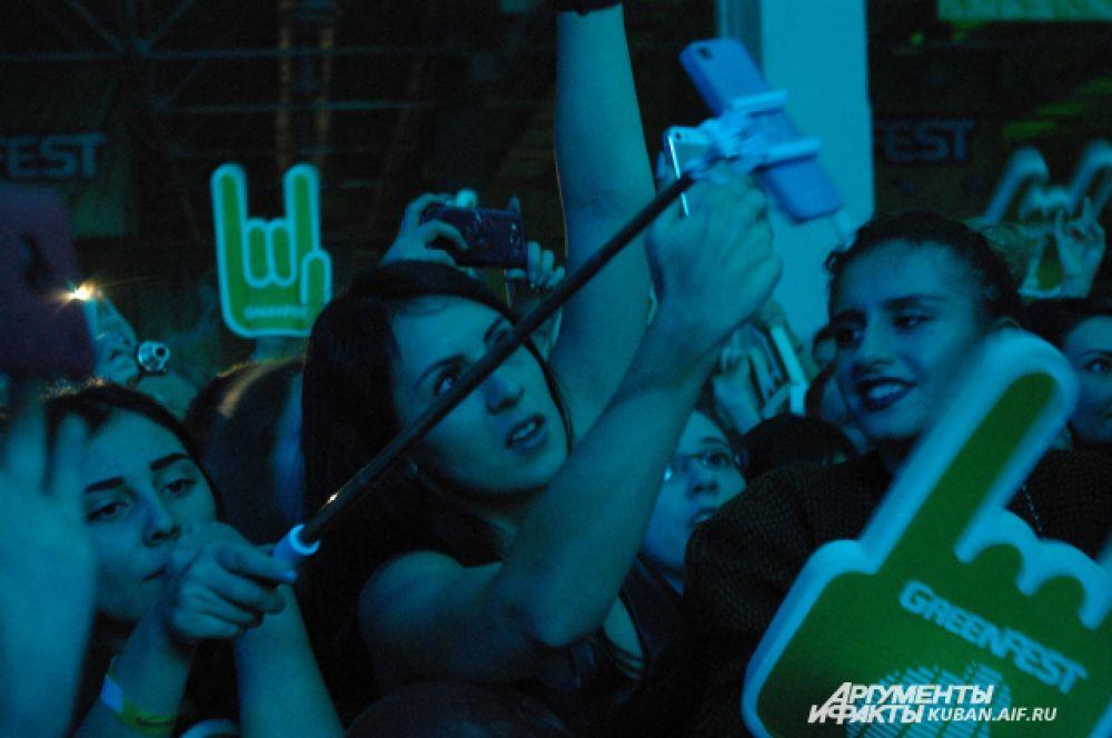 Поклонники делали селфи прямо на концерте и записывали выступления на мобильные телефоны.