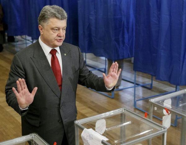 На участке, где должен был голосовать президент, потеряли ключ от сейфа и его пришлось пилить болгаркой
