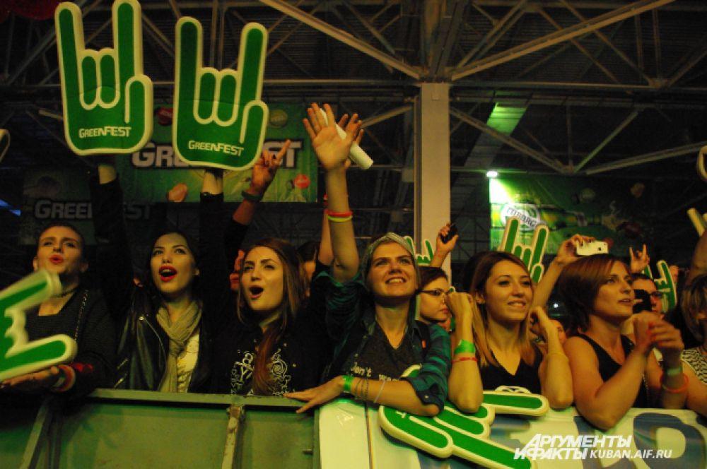 Поклонницы из первого ряда не жалели голоса, подпевая музыкантам, пританцовывали, хлопали и специально для концерта изготовили баннеры с символикой групп.