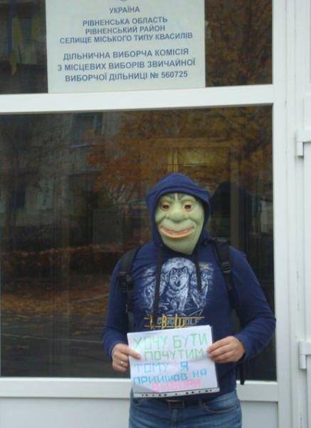 На избирательном участке в пгт. Квасилов Ровенского района Шрек агитировал избирателей прийти и проголосовать