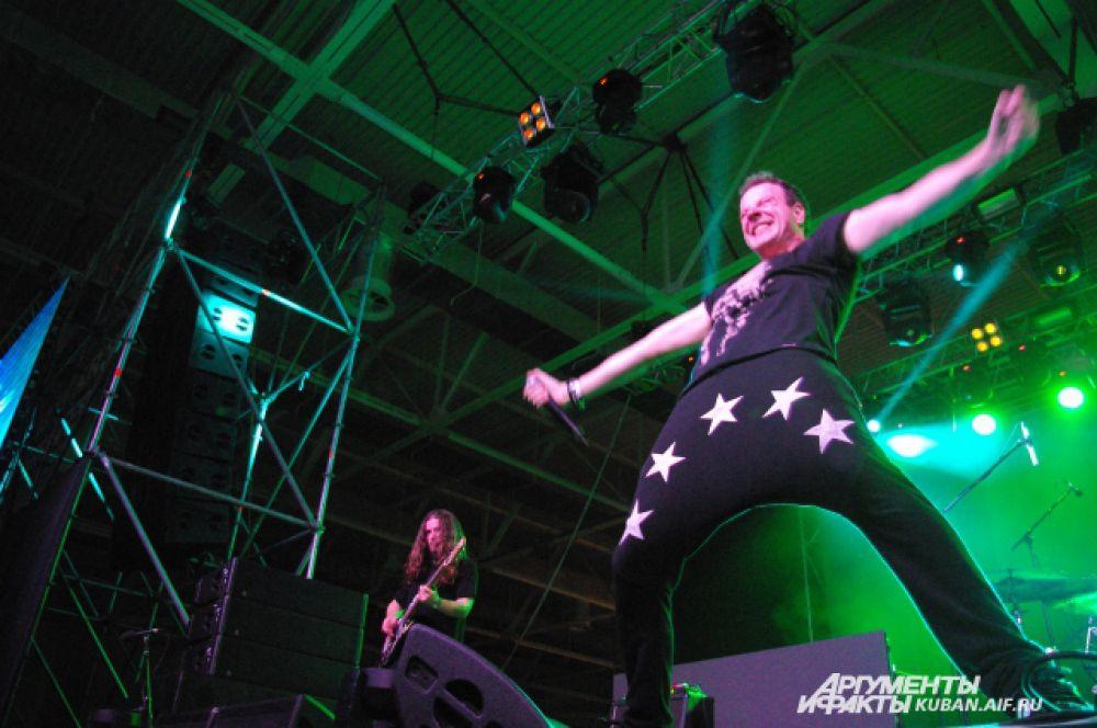 Александр Красовицкий зажигает на сцене Greenfest в Краснодаре. «Хватит тормозить!» - кричал он зрителям.