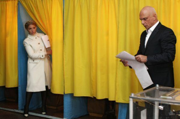 Глава фракции «Батькивщина» Юлия Тимошенко с супругом Александром Тимошенко проголосовали в Днепропетровске.