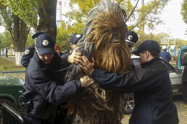 Сопровождавший Вейдера Чубакка не смог предъявить документы на автомобиль полицейским, в результате чего его увезли в райотдел милиции.