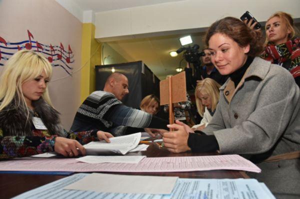 Советник губернатора Одесской области Михаила Саакашвили Мария Гайдар сообщила, что члены одной из участковых комиссий запретили ей присутствовать при подсчете голосов.