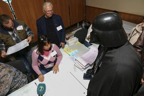В Одессе произошел инцидент с участием Дарта Вейдера. Ему не удалось проголосовать из-за отсутствия его имени в избирательных списках.