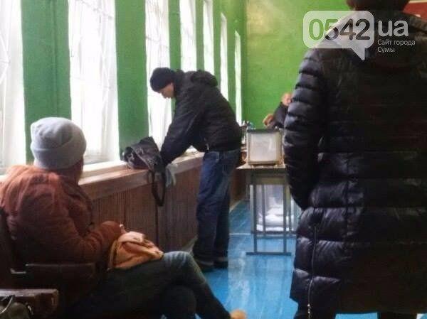 В Сумах некоторые избиратели голосовали на подоконниках