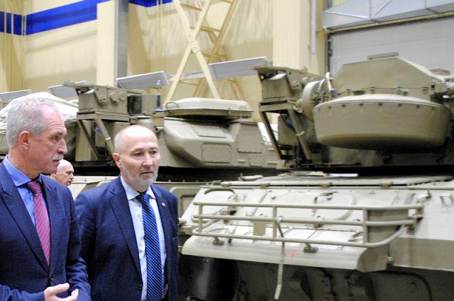 Губернатор Сергей Морозов и директор Ульяновского механического завода Вячеслав Лапин в одном из цехов предприятия.