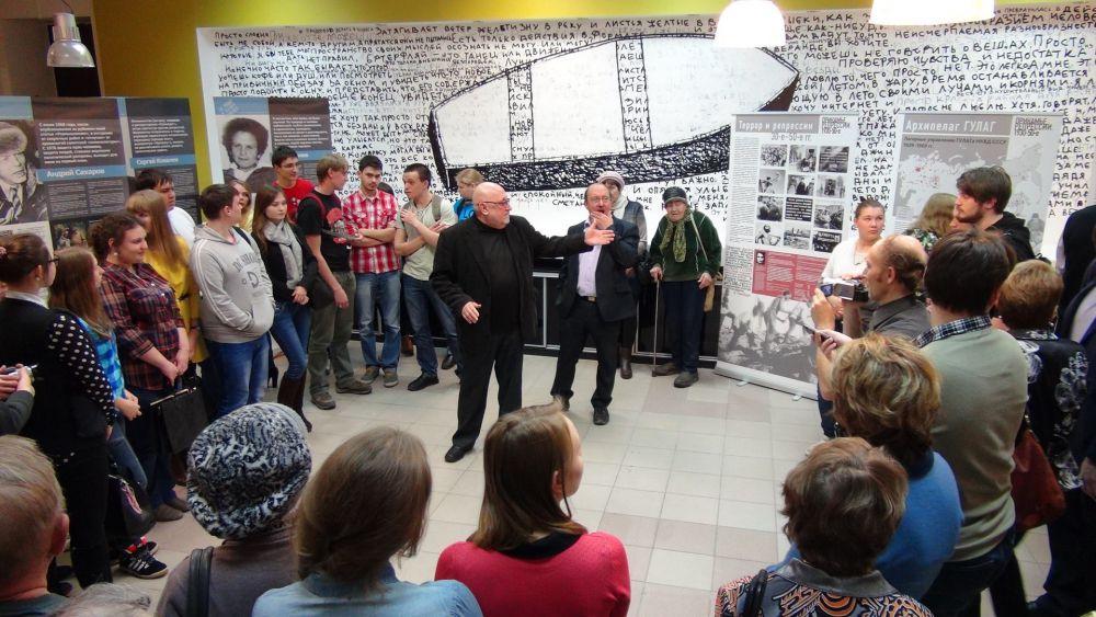 Виктор Шмыров (в центре, слева) напомнил о двух проектах мемориального музея «Пермь-36»