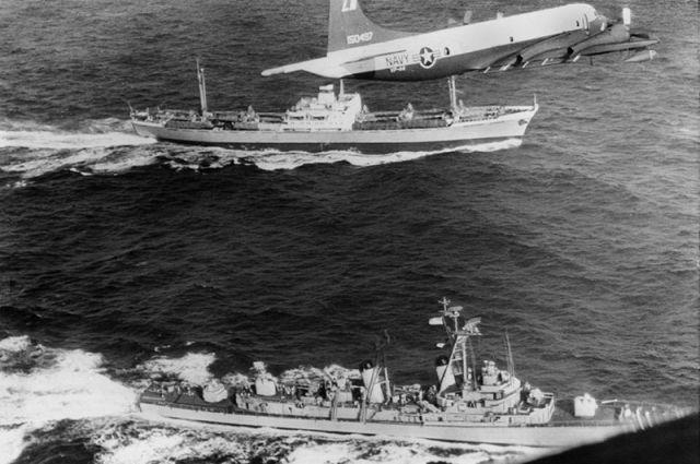 Советский корабль в сопровождении американского флота и авиации. Куба, 1962 год.
