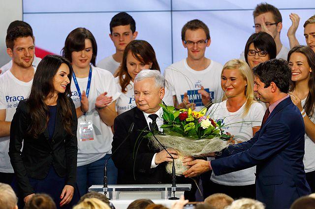 Ярослав Качиньский принимает поздравления после победы в парламентских выборах.