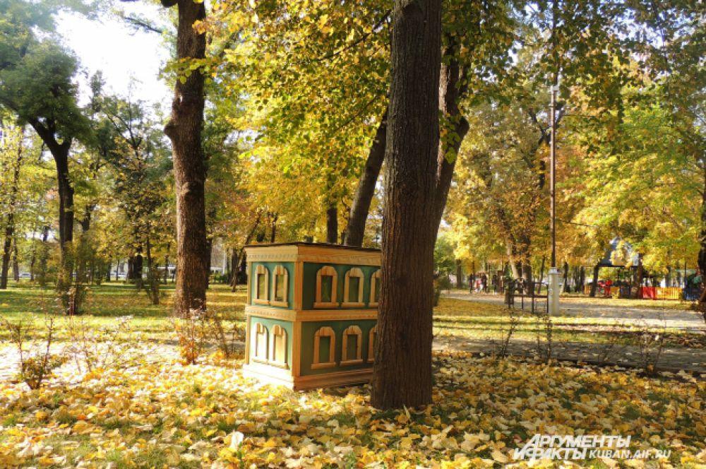 Миниатюры немецких домиков в Чистяковской роще тоже встречают осень.