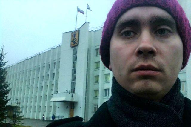 Михаил Шишов сделал селфи на фоне мэрии.