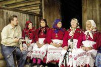 Деревенские бабушки охотно рассказывают Александру Черных о своих обычаях и традициях.