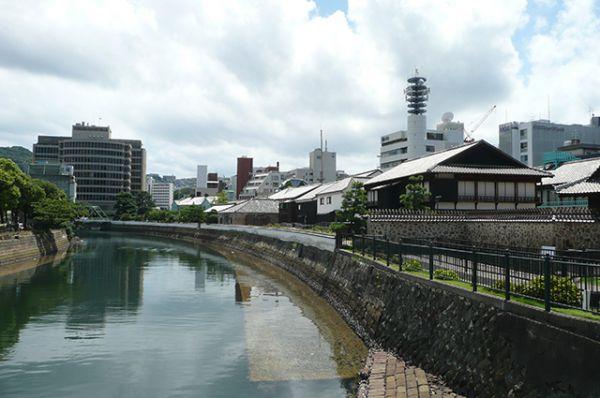 Дедзима (буквально «выдающийся, выпирающий остров») — искусственный остров в форме веера в бухте Нагасаки в Японии. Этот остров был построен для того, чтобы в период сакоку, с 1641 по 1853, иностранцы не могли попасть на священную японскую землю.