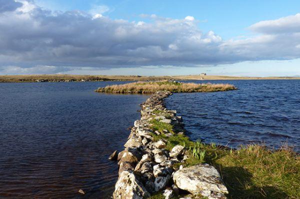 Первыми искусственными островами были кранноги — небольшие острова, которые сооружались в Шотландии и Ирландии на мелководье в озерах и реках и использовались для жизни. Наиболее древним кранногом считается островок Eilean Domhnuill, сооруженный в период неолита, около 3800-3200 гг. до н.э.