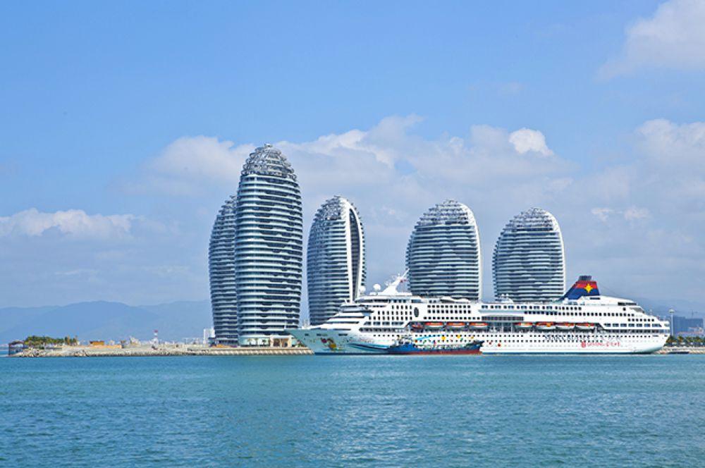 Остров Феникс в Китае расположен к югу от острова Хайнань, с которым его соединяет мост длиной 395 метров.