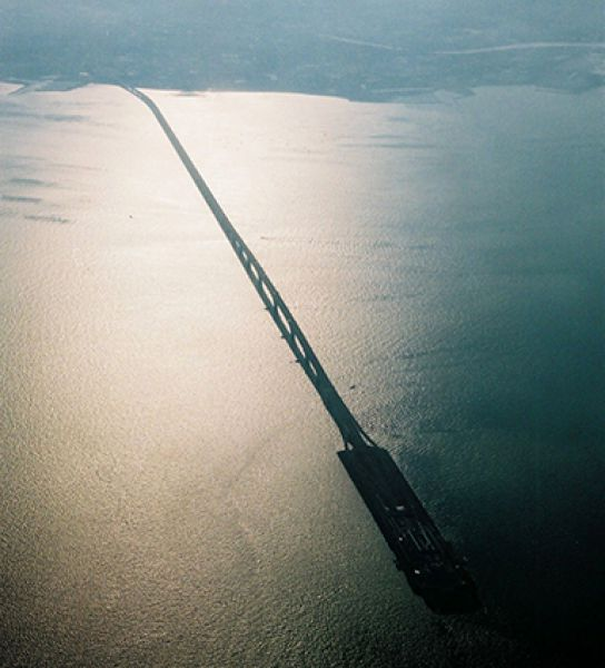 К искусственным островам можно отнести также Аквалайн — 9-километровый гибрид моста и туннеля в токийском заливе, который соединил Кавасаки и Кисарадзу. Теперь попасть из одного города в другой можно за 15 минут.