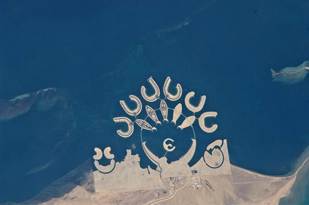 Остров Дуррат-Аль-Бахрейн в Бахрейне похож на острова в ОАЭ. Этот проект, стоимостью 1,2 млрд долларов США, представляет собой архипелаг, состоящий из 6 атоллов, 5 островов в форме рыб и острова-полумесяца.