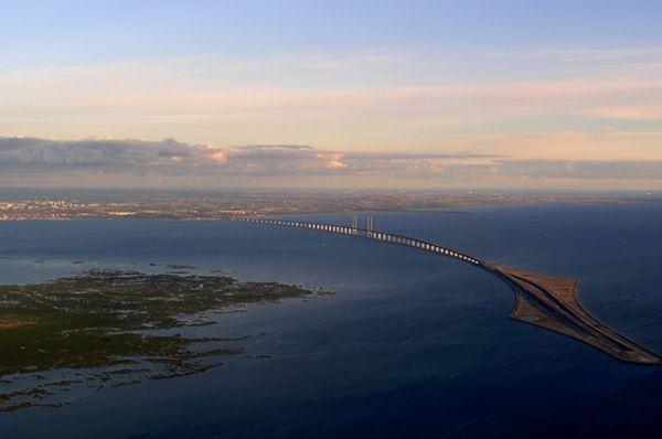 Во время строительства гигантского Эресуннского моста, соединяющего Данию и Швецию, был намыт искусственный остров Пеберхольм или «Перечный островок» (справа).