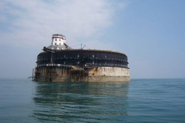 No Man's Land Fort – остров-форт, построенный англичанами между 1867 и 1880 годами близ побережья острова Уайт для защиты Портсмута от нападения французов.