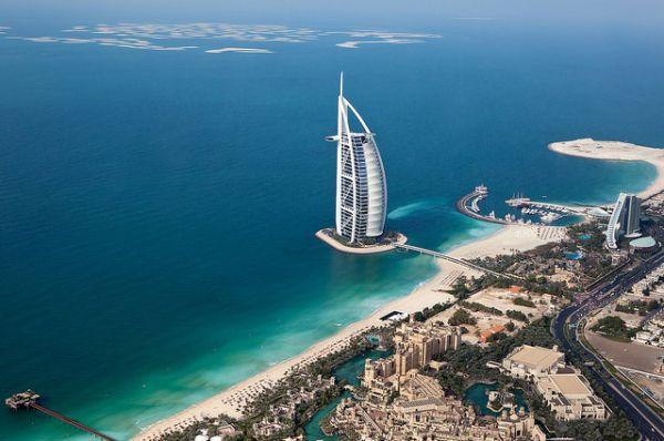 Из современных проектов первым стал остров Парус в акватории Персидского залива в Дубае, а его главная достопримечательность— отель Бурдж аль-Араб теперь, пожалуй, один из самых узнаваемых в мире.