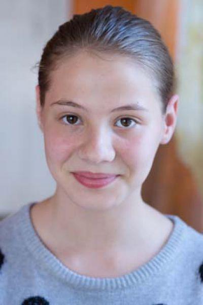 Мария, 13 лет. Жизнерадостная, общительная, творческая натура,  любит танцевать, трудолюбивая, отзывчивая,  обладает лидерскими качествами.