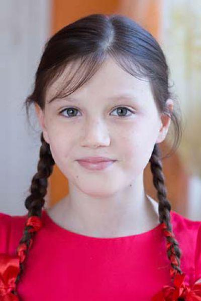 Виктория,10 лет. Добрая, общительная, любознательная, любит танцевать, петь.