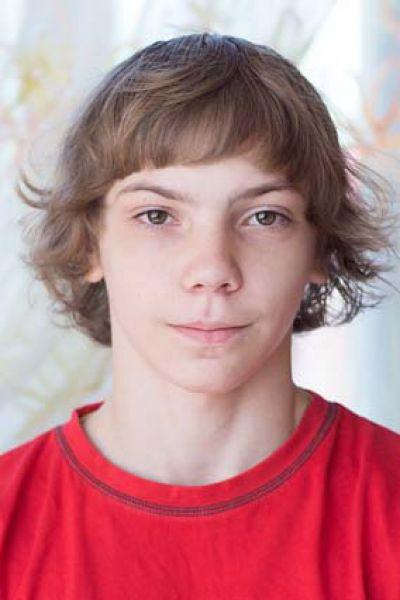Вадим, 16 лет. Уравновешенный, творчески одарённая личность,  любит танцевать, общительный, отзывчивый,  трудолюбивый, занимается тайским боксом.