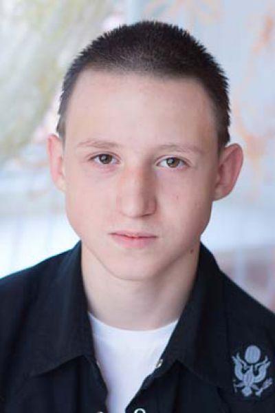 Владислав,15 лет. Уравновешенный, спокойный, общительный, добрый, исполнительный, трудолюбивый, увлекается прикладным искусством, танцами, интеллектуально развит.
