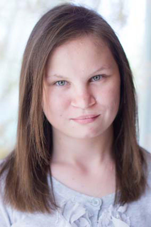 Анна, 17 лет. Уравновешенная, общительная, добрая, трудолюбивая, отзывчивая, любит читать, танцевать.