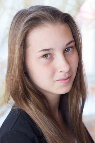 Кристина, 16 лет. Уравновешенная, общительная, обладает лидерскими  качествами и хорошим эстетическим вкусом, хозяйственная, предприимчивая, увлекается спортивными танцами.
