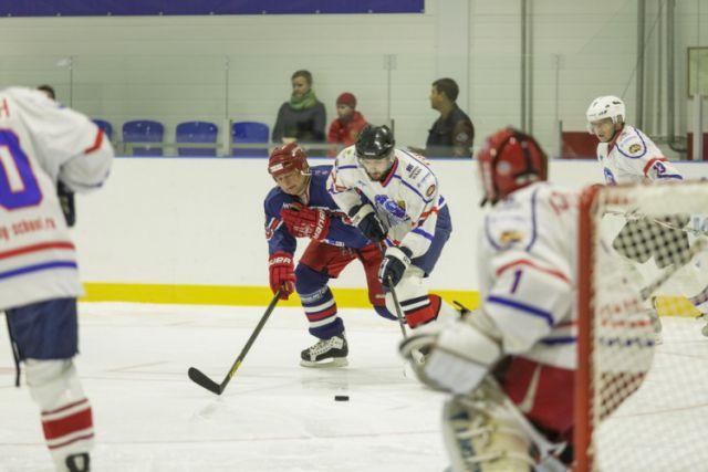 В Ночной хоккейной лиге играют любители, которые занимаются спортом в свое удовольствие.