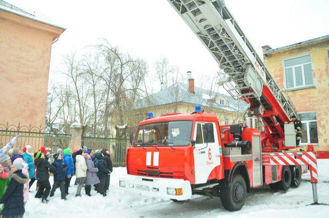 Демонстрация возможностей пожарной техники вызвала настоящий ажиотаж среди ребят.