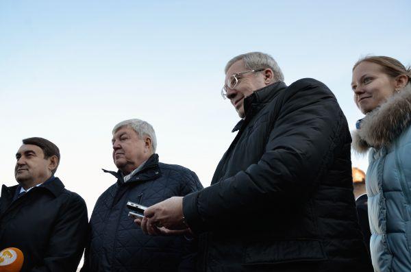 Виктор Толоконский помогает журналистам в работе.