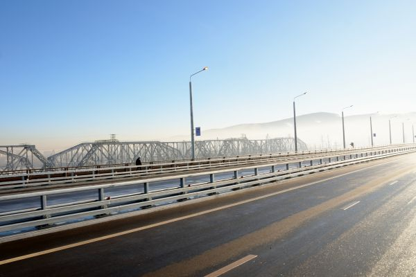 Дорожное полотно на мосту пока в идеальном состоянии.