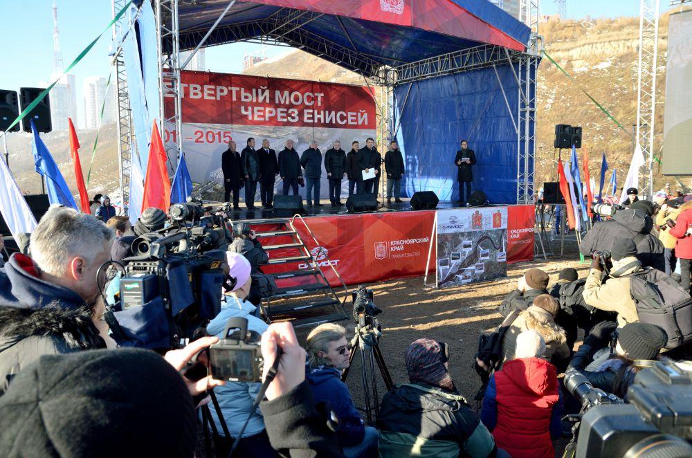 Торжественный митинг. Левитин зачитывает послание Путина.