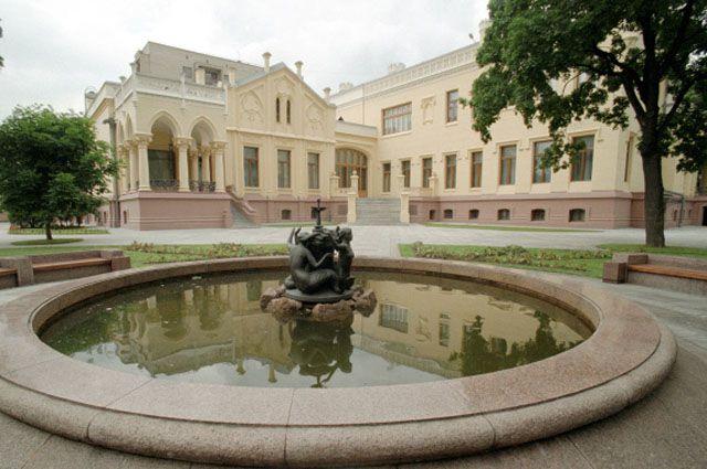 Дом приемов МИД РФ с фонтаном на переднем плане на улице Алексея Толстого в Москве. Архитектор Федор Шехтель.